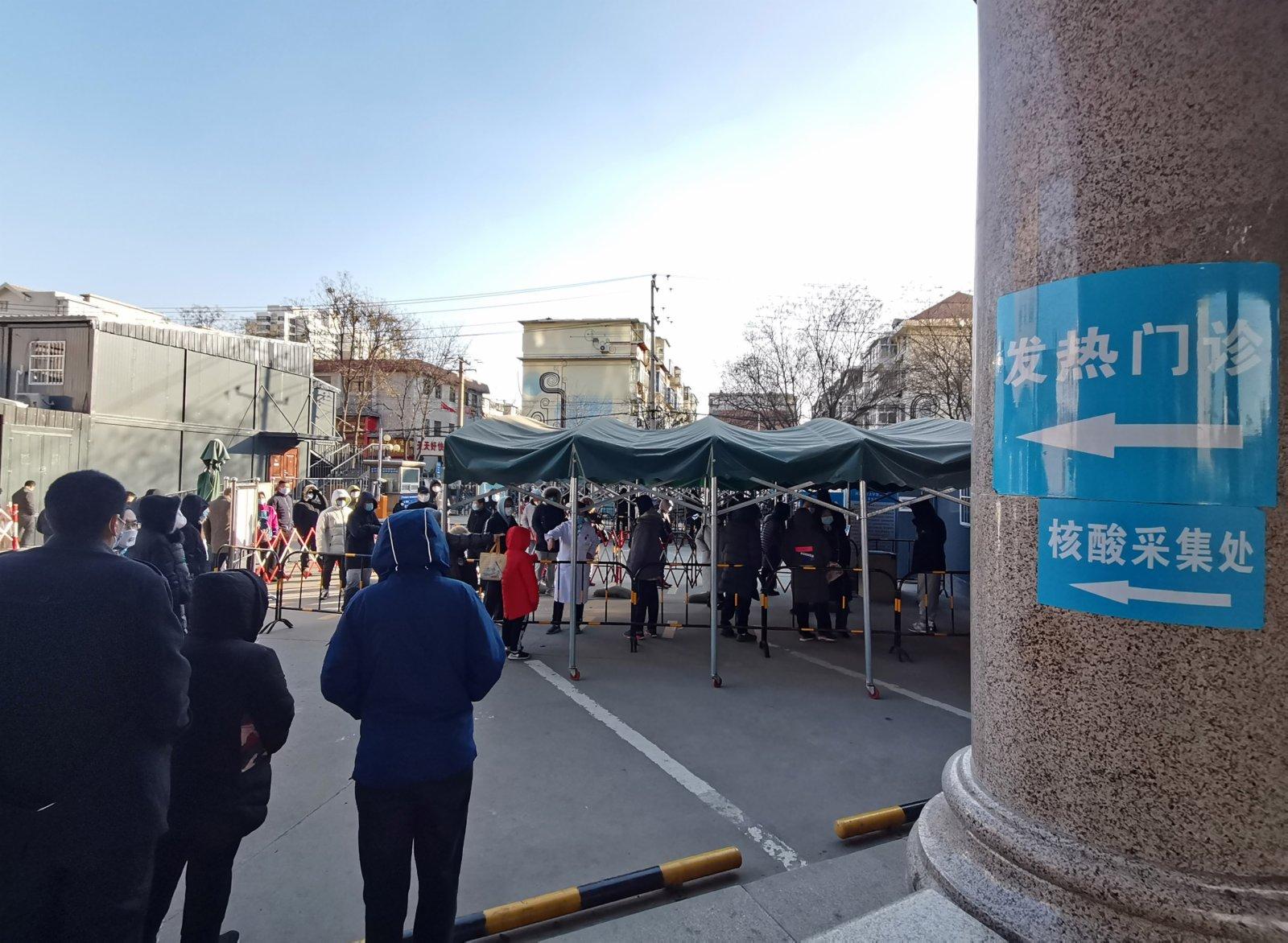 1月5日,民眾在河北醫科大學附屬第二醫院排隊檢測核酸。(中新社)