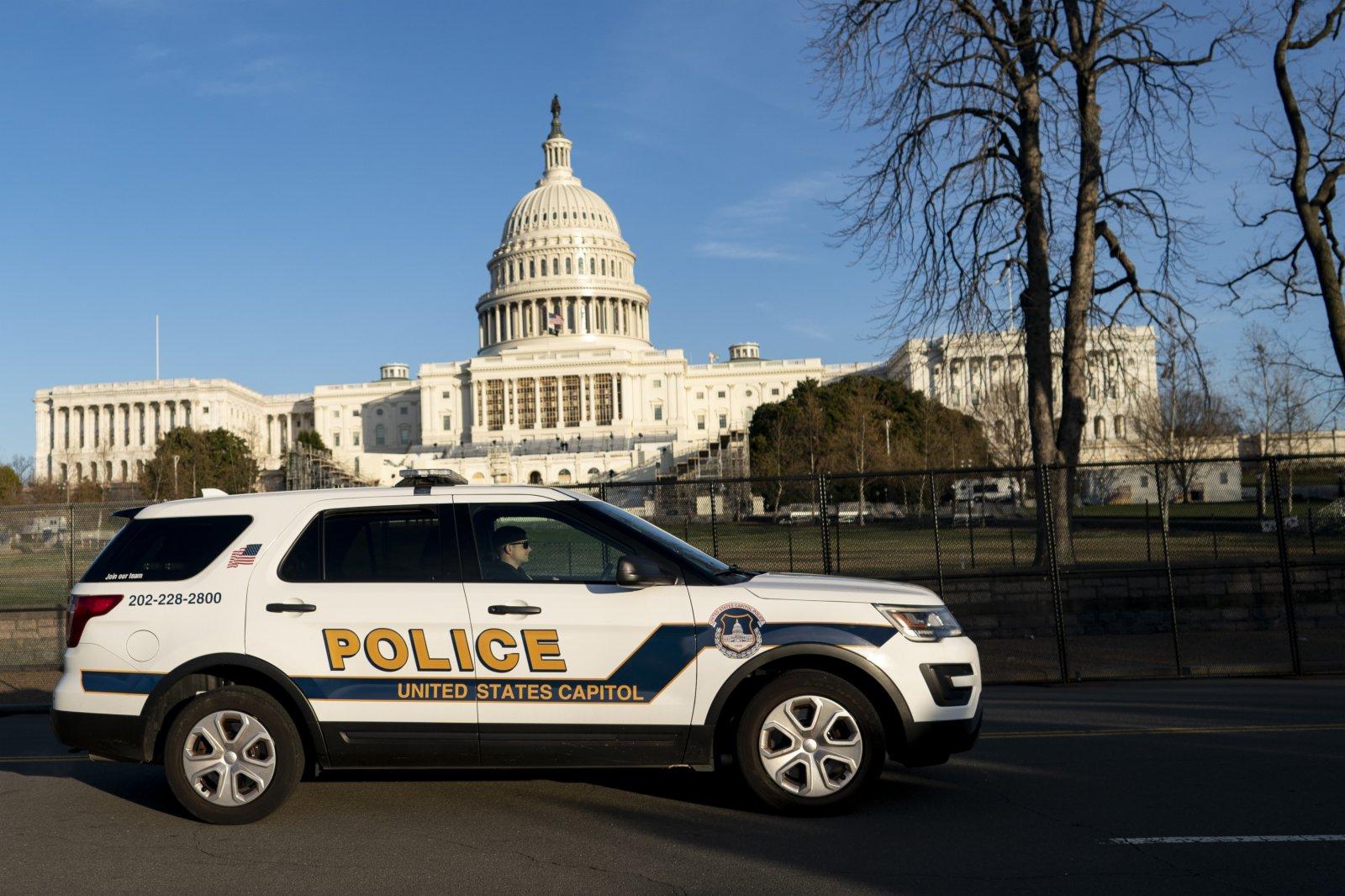 1月7日,在美國華盛頓,一輛警車從國會大廈前駛過。
