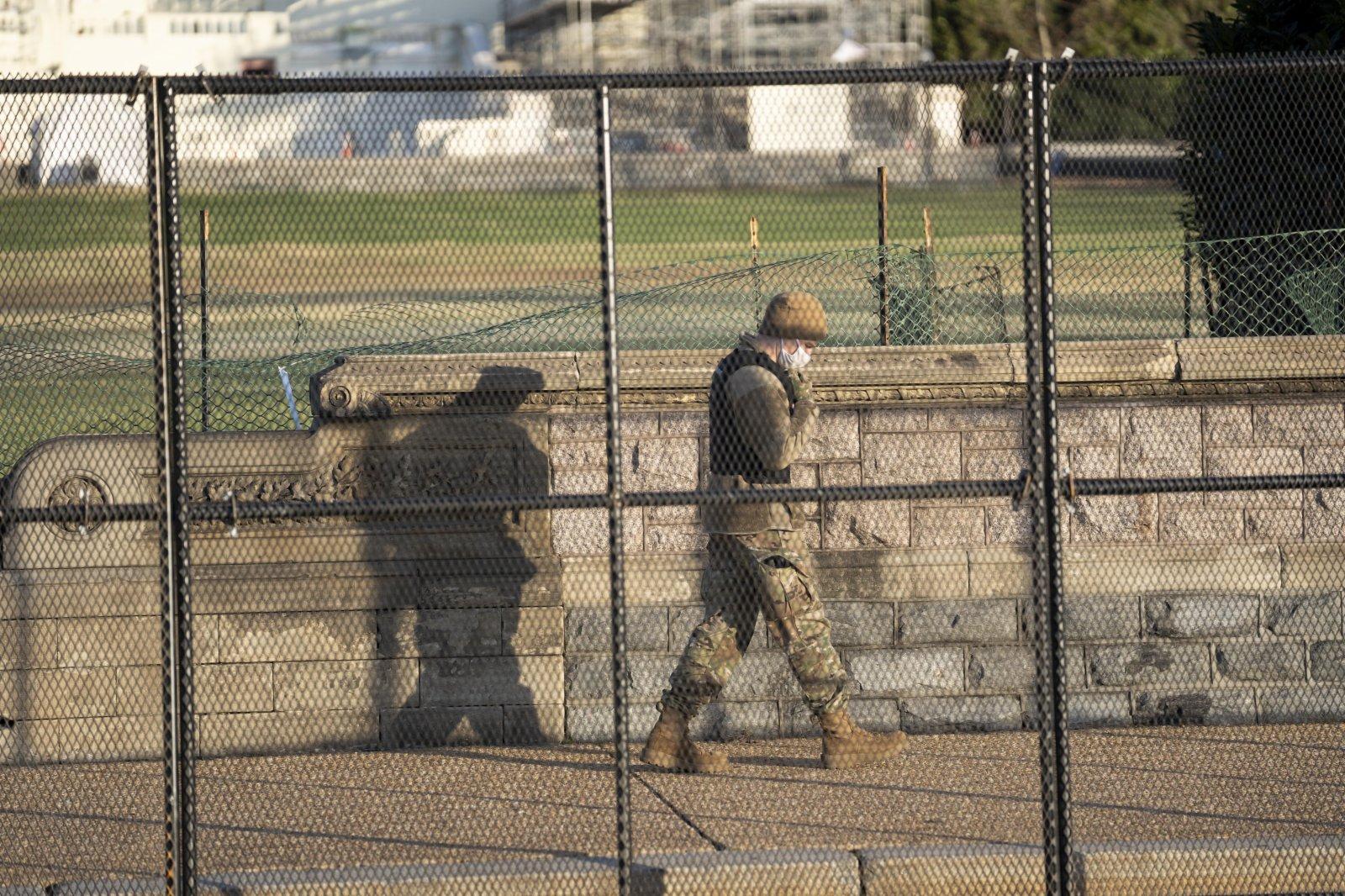 1月7日,在美國首都華盛頓,安保人員在國會大廈附近警戒。