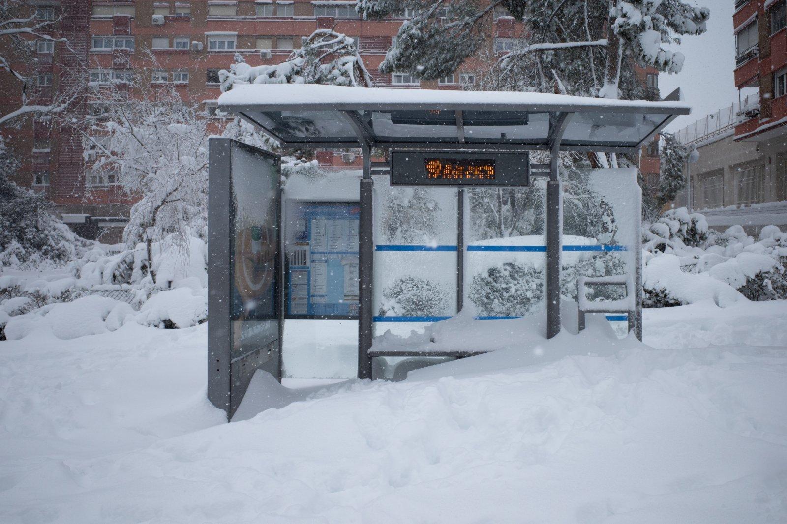 這是1月9日在西班牙馬德里拍攝的一處被雪掩埋的公交站台。