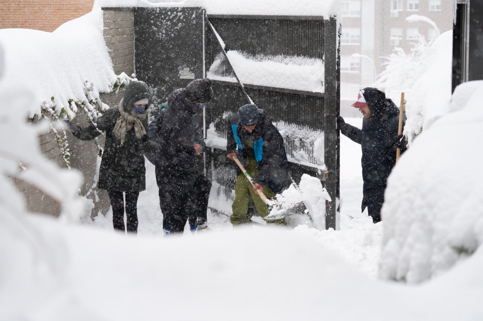 1月9日,在西班牙馬德里,居民清理公寓樓地下停車場門口的積雪。