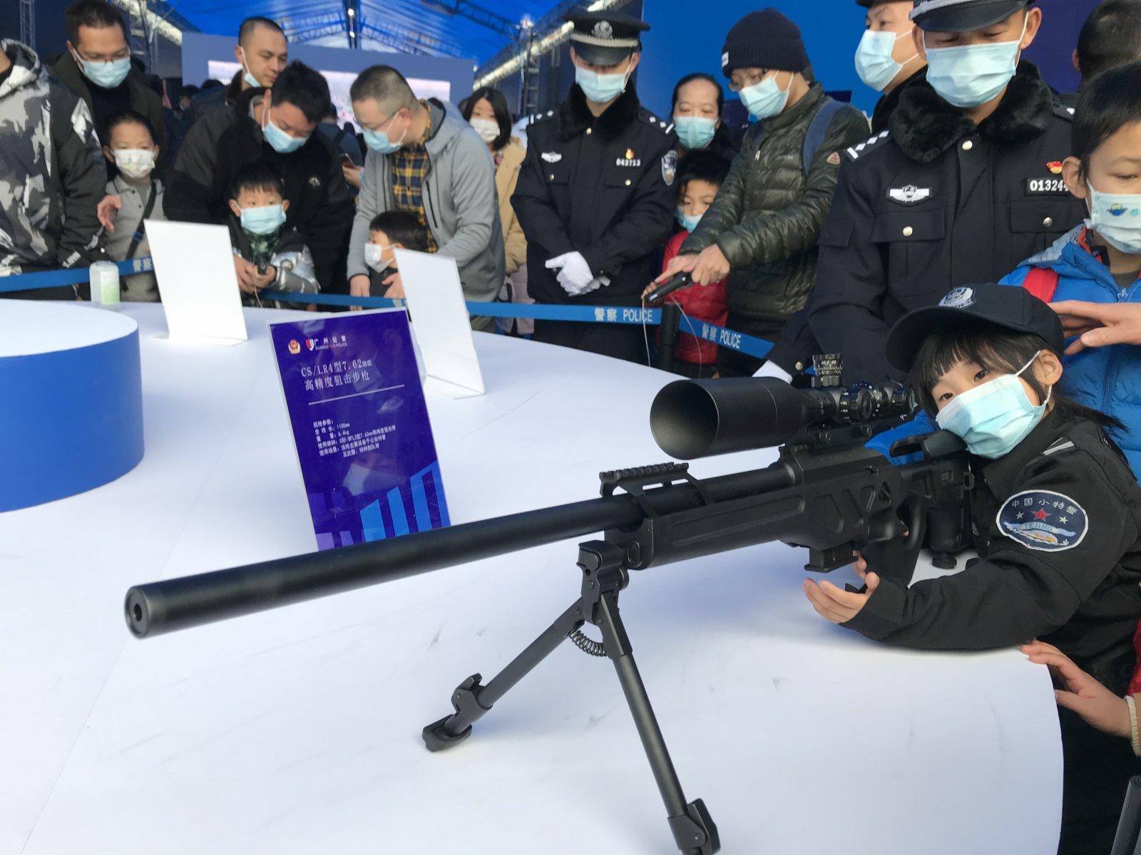 一款裝備給特警、武警的高精度狙擊步槍亮相,市民可以零距離體驗。記者敖敏輝 攝