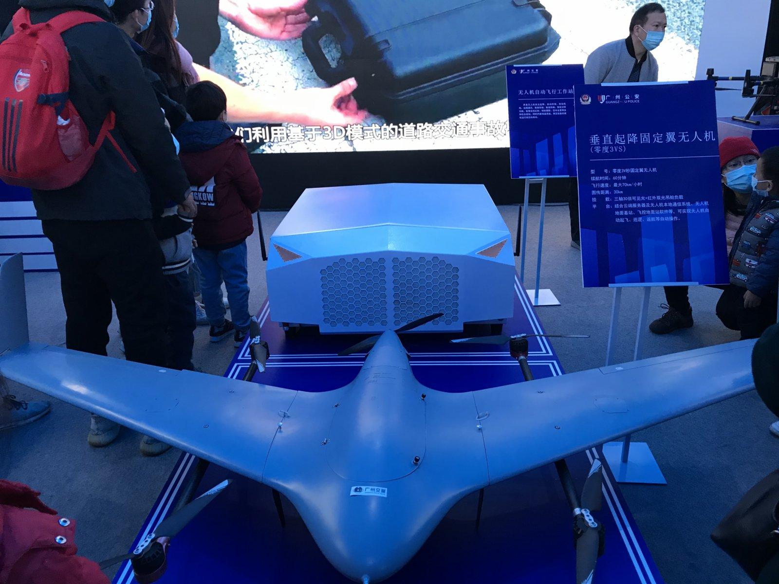 警用垂直起降固定翼無人機,可實現自動起飛、巡邏、返航等自動操作,最大傳圖距離達到30公里。記者敖敏輝 攝