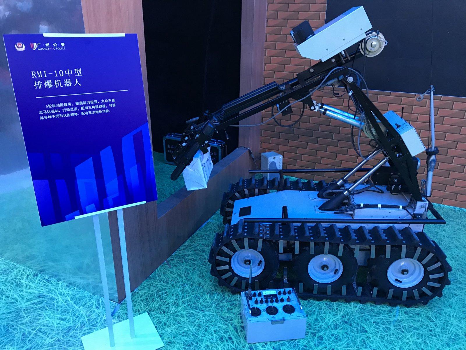 RMI-10中型排爆機器人,配有雙水炮槍功能。記者敖敏輝 攝