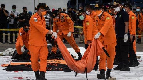 印尼搜救人員打撈起失事客機遇難者遺體