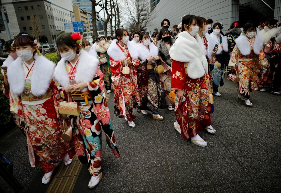 當地時間1月11日,穿着和服戴着口罩的少女在日本橫濱體育館參加成人禮。(路透社)