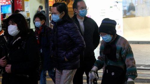 香港長者寒風下街頭漫步