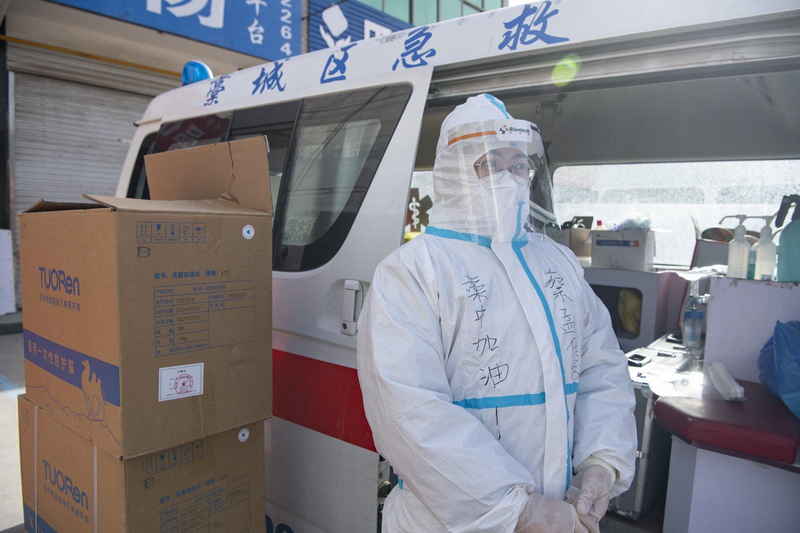 藁城區醫護人員在小果莊村村口待命。中新社