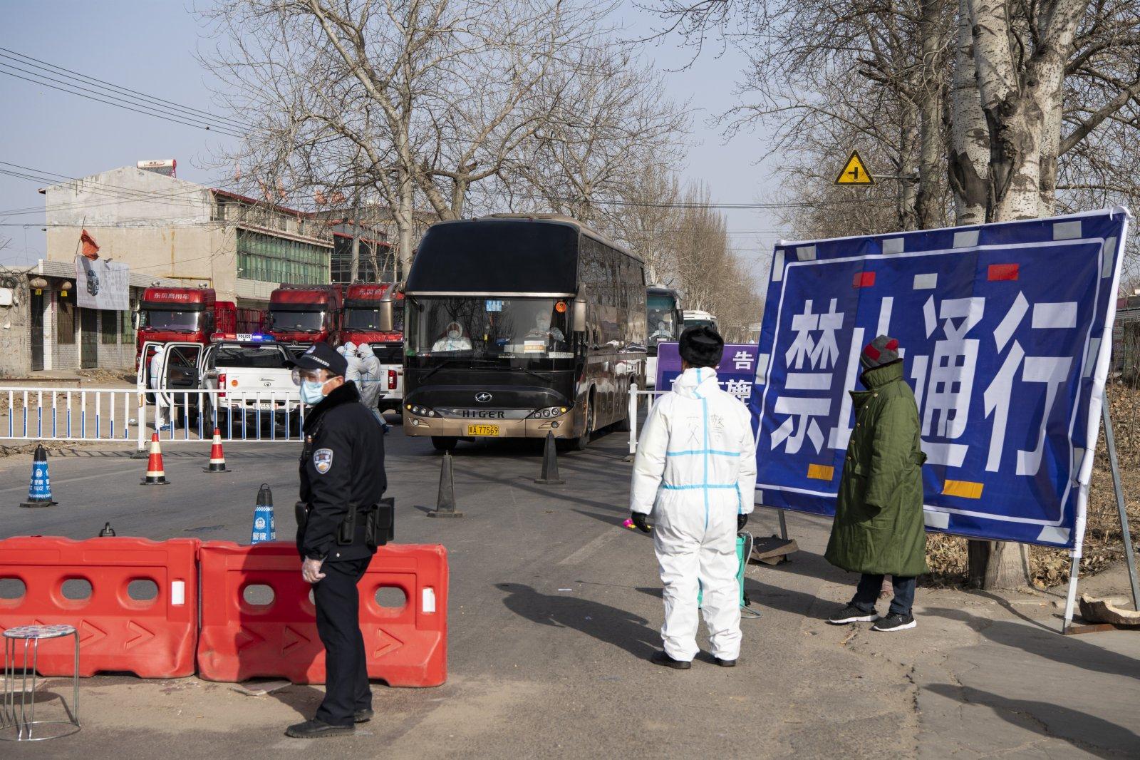 距離增村鎮約4公里、距離小果莊村約8公里的一處疫情防控檢查點,運送異地集中隔離觀察人員的車輛通過此地。中新社