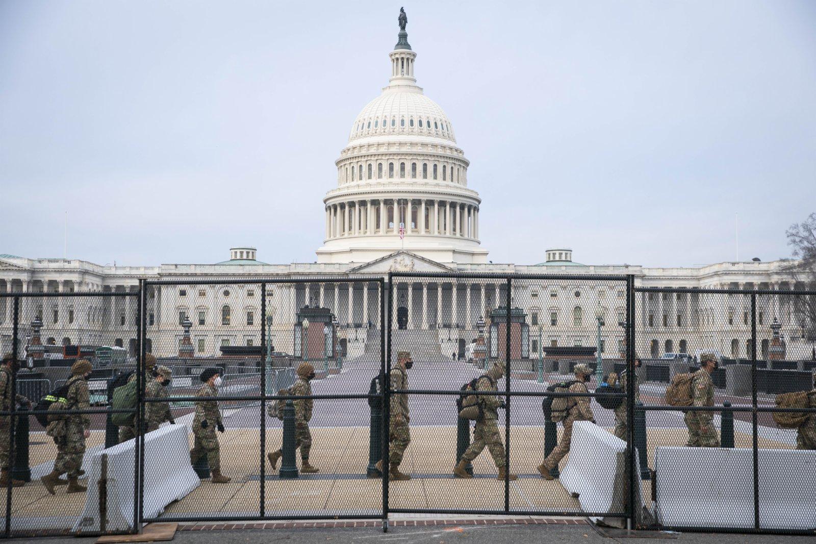 當地時間1月11日,美國首都華盛頓,國民警衛隊成員抵達美國國會大廈。(彭博社)