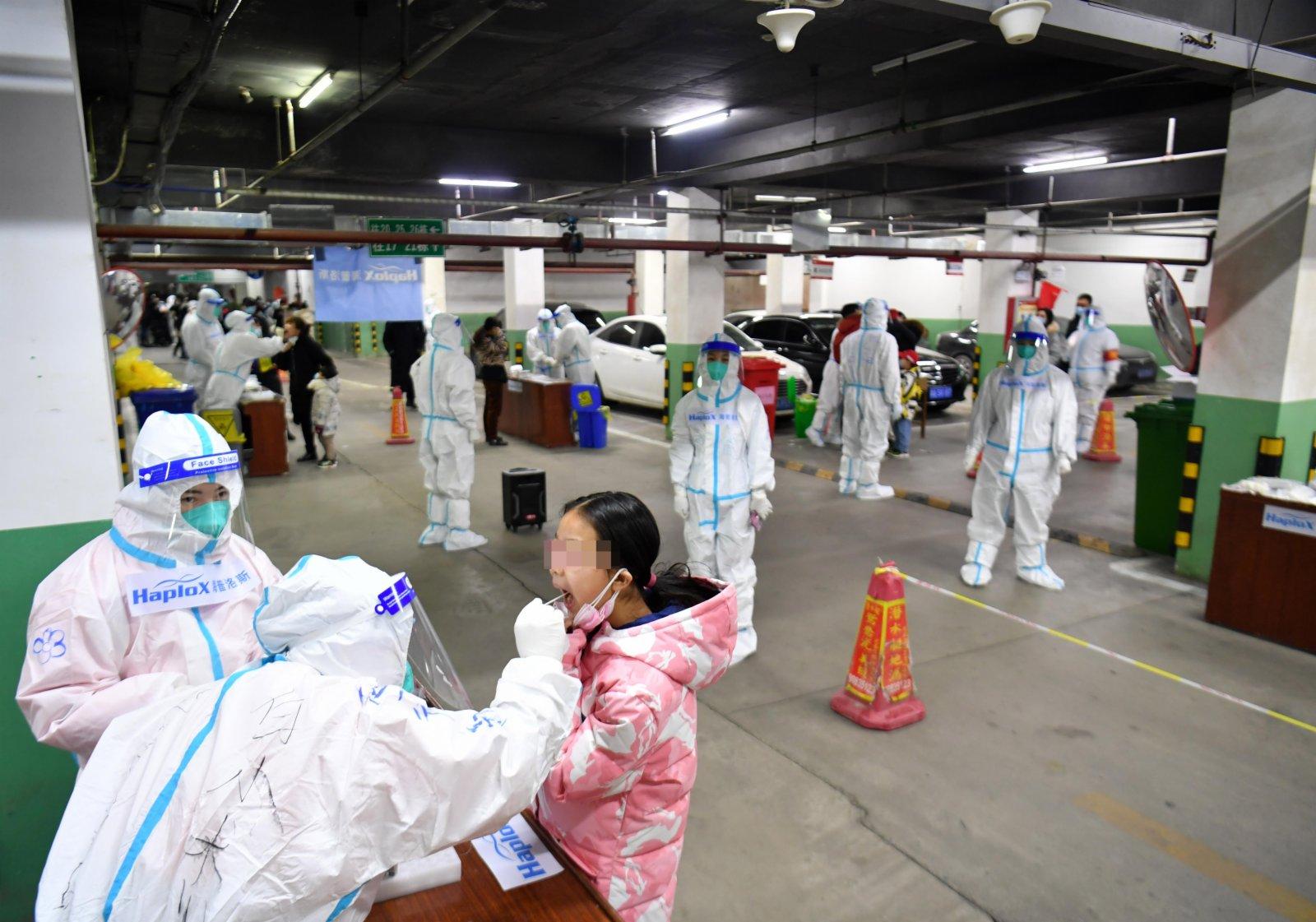 石家莊一小區居民正在地下車庫有序排隊進行核酸採樣。(中新社)