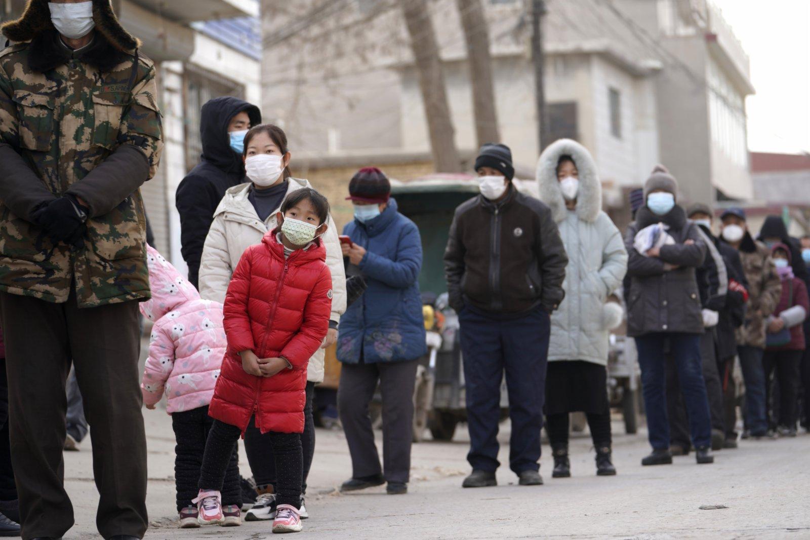 石家莊市元氏縣使莊村村民排隊準備進行核酸採樣。(新華社)