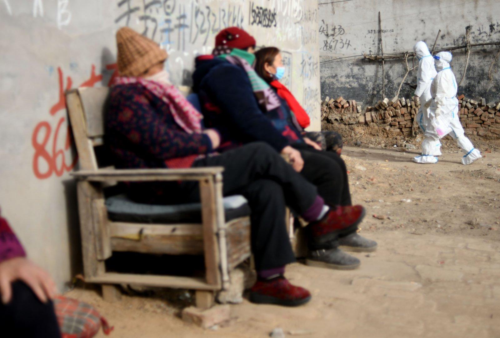 在石家莊市元氏縣使莊村,醫務人員入戶為行動不便的村民進行核酸採樣。(新華社)
