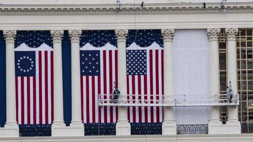 美國國會大廈外懸掛國旗