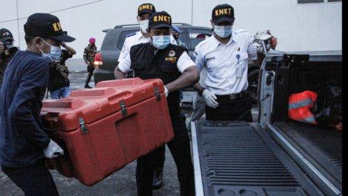印尼打撈起失事客機飛行數據記錄儀