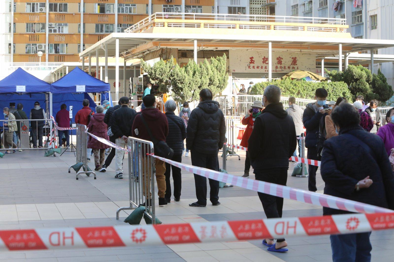 1月13日,大批市民在坪石廣場流動採樣站排隊等待檢測。香港中通社圖片