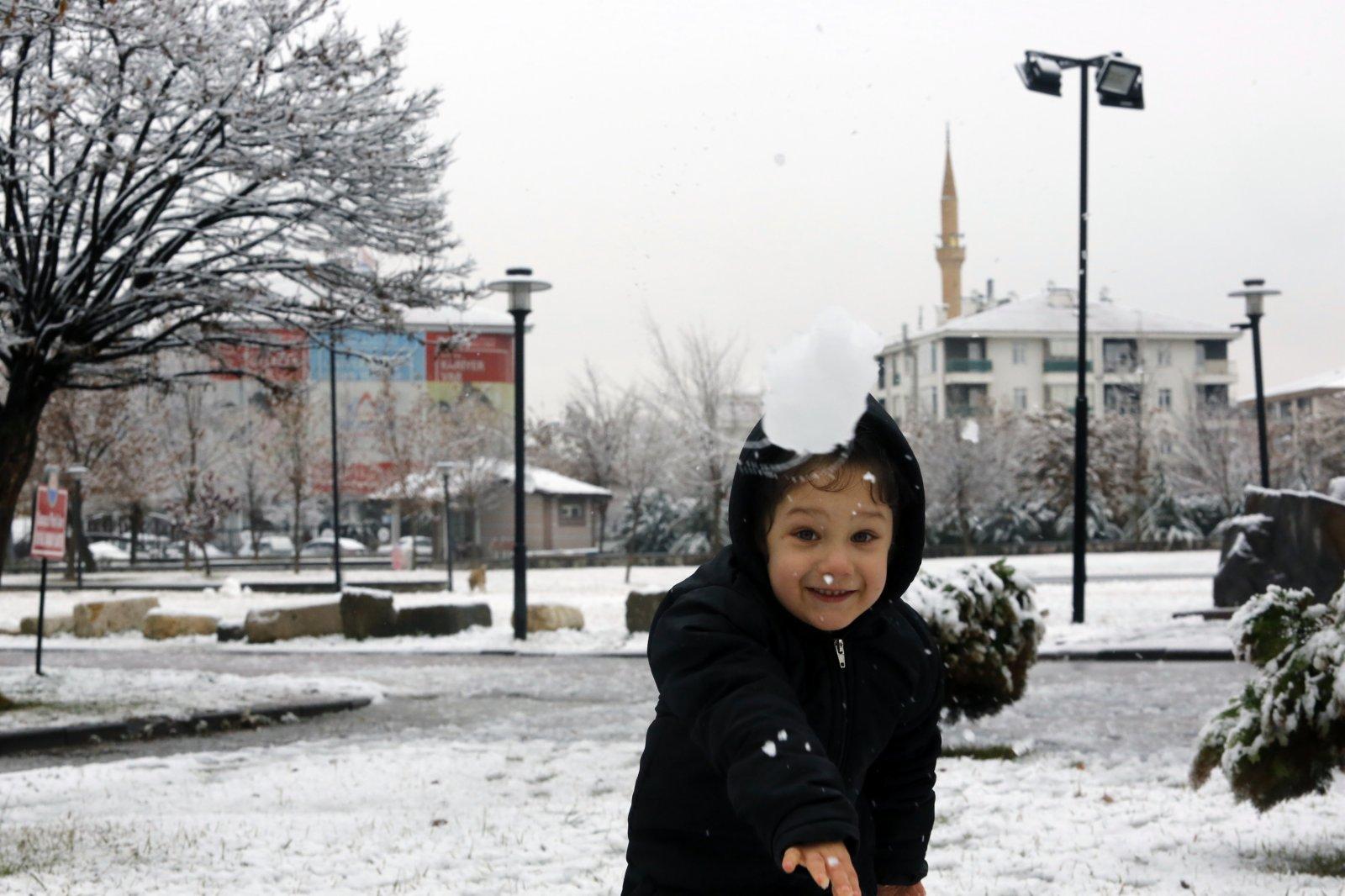 1月13日,在土耳其安卡拉,一名小女孩在路邊玩雪。(新華社)