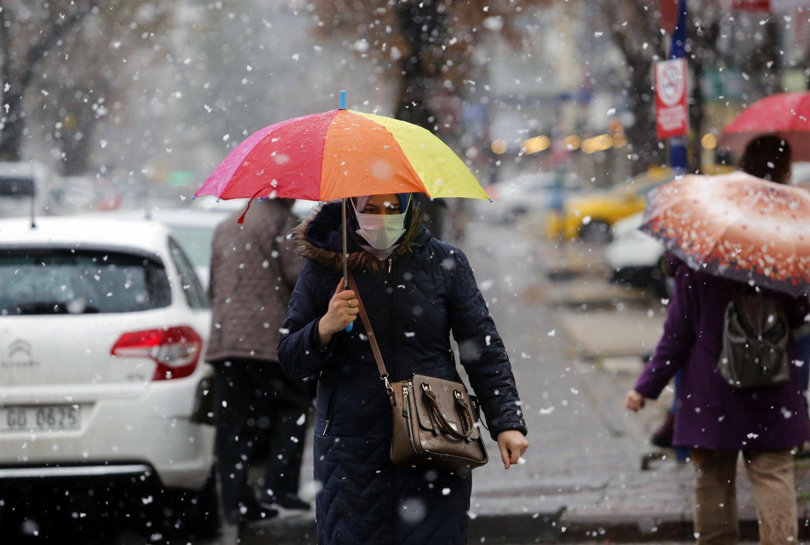 1月13日,在土耳其安卡拉,行人在雪中行走。(新華社)