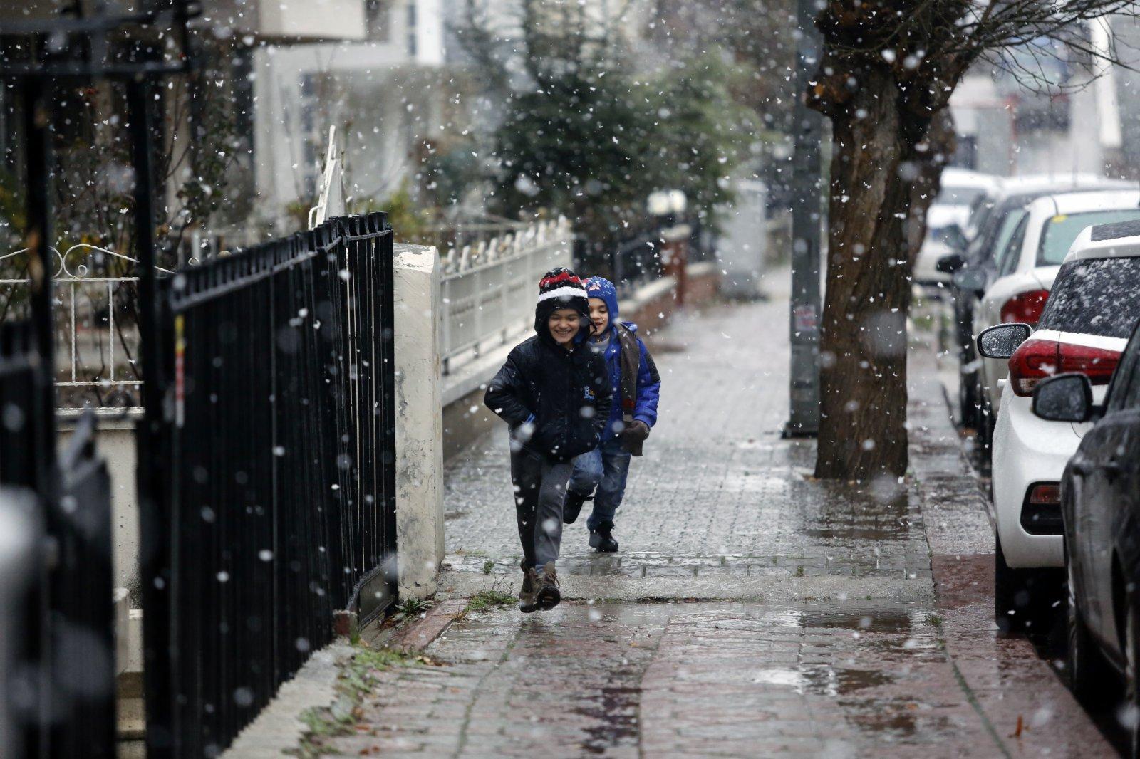 1月13日,在土耳其安卡拉,兒童在雪中嬉戲。(新華社)