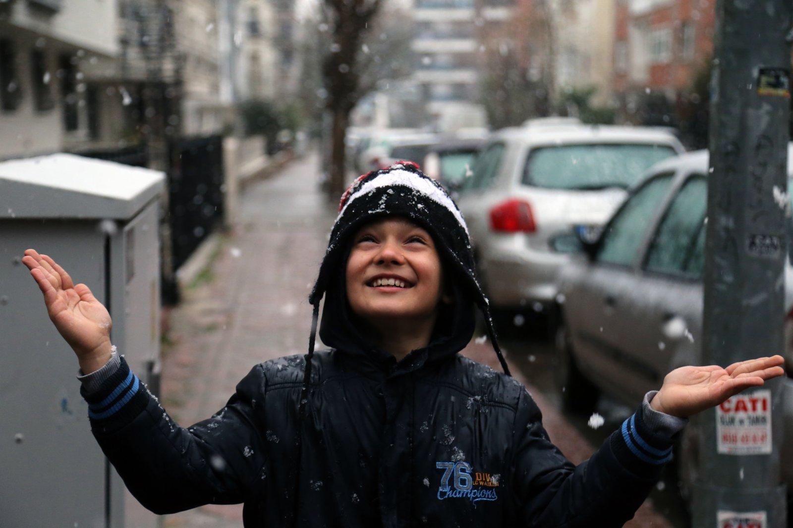 1月13日,在土耳其安卡拉,一名兒童在雪中玩耍。(新華社)