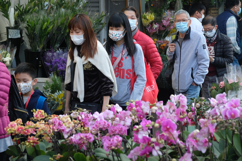 14日,香港市民提早到花墟選購年花。(大公文匯全媒體記者攝)