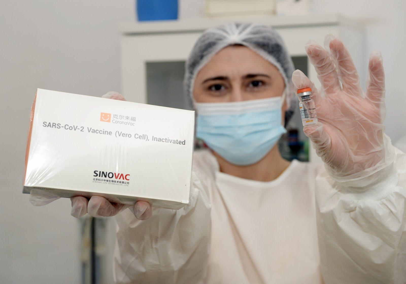 1月18日,在阿塞拜疆首都巴庫,一名醫務人員展示中國科興公司生產的新冠疫苗。(新華社)