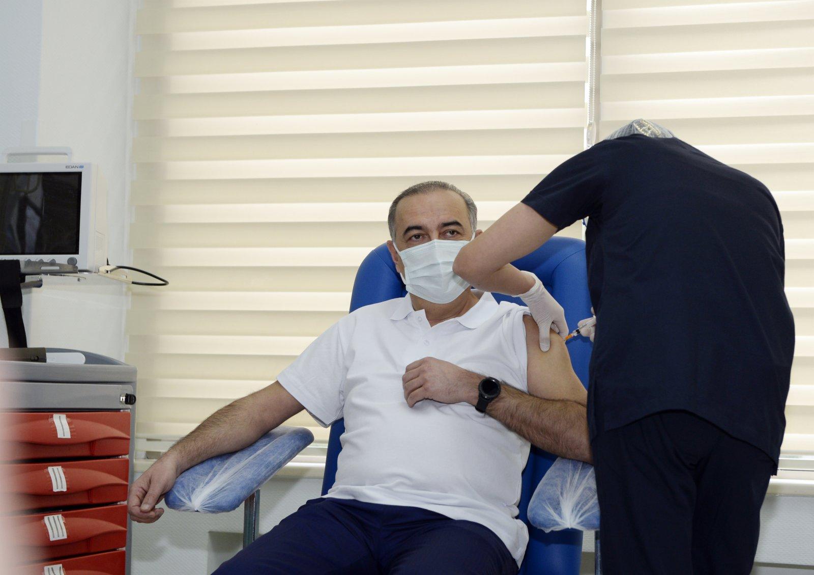 1月18日,在阿塞拜疆首都巴庫,一名醫務人員接種中國科興公司生產的新冠疫苗。(新華社)