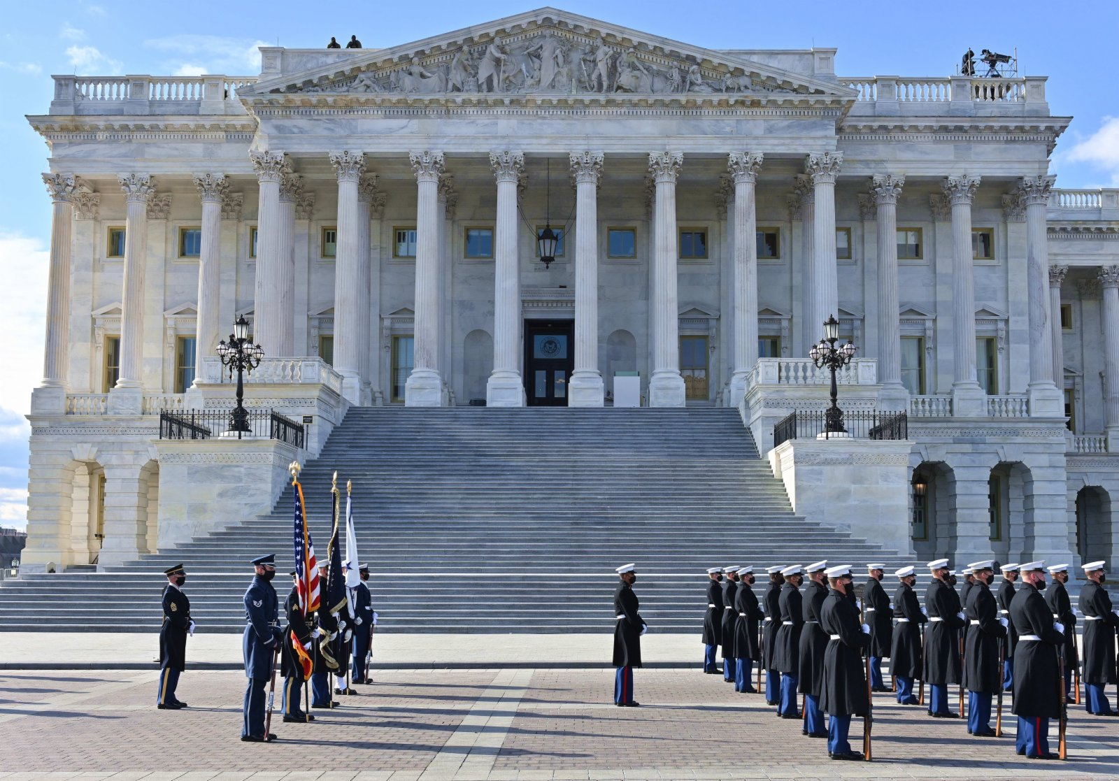 圖為1月18日,在國會大廈外彩排的禮兵。(中新社)