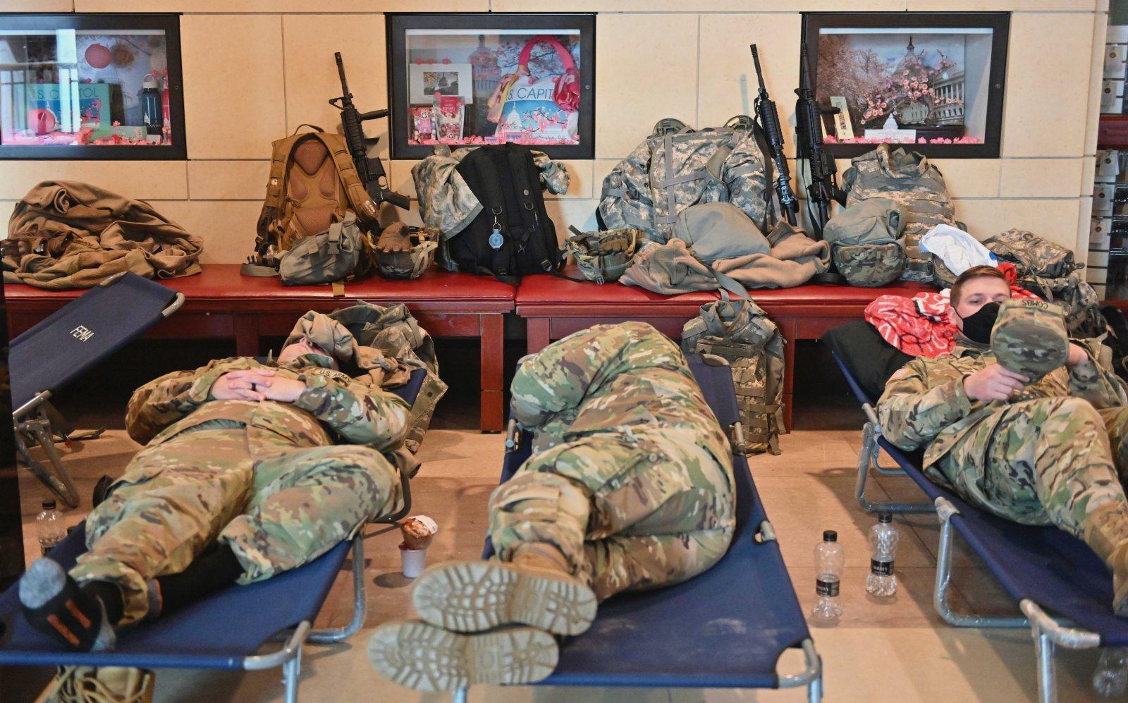 圖為1月18日在國會大廈遊客中心內休整的國民警衛隊員。(中新社)