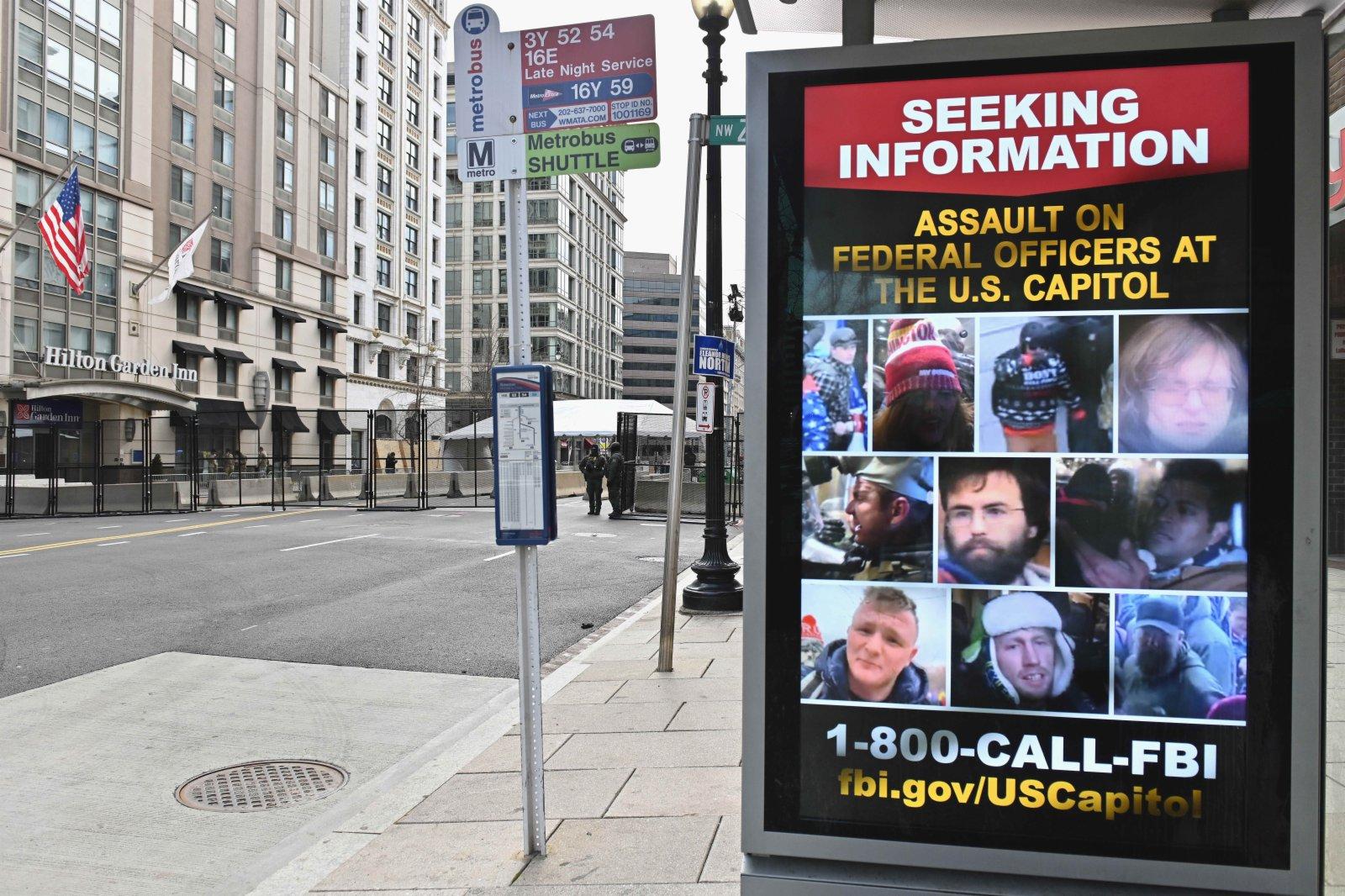 圖為1月18日的華盛頓市區,徵尋涉嫌參與衝擊國會事件嫌疑人的海報和封鎖的街道。(中新社)