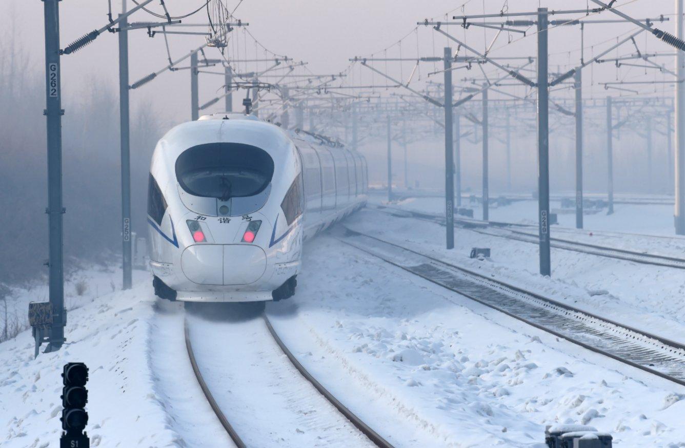 1月22日,京哈高鐵G902次列車駛出哈爾濱西站。(新華社)