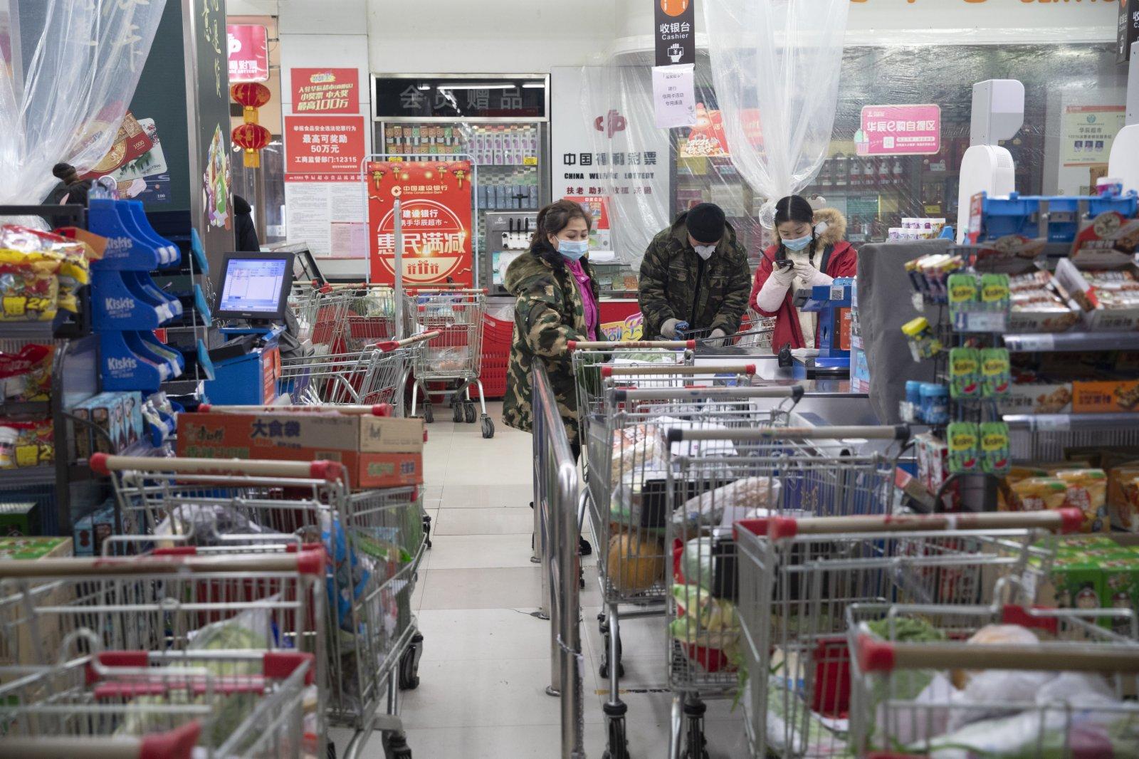 1月22日,工作人員在綏化市華辰超市對配送物品進行結算。(新華社)