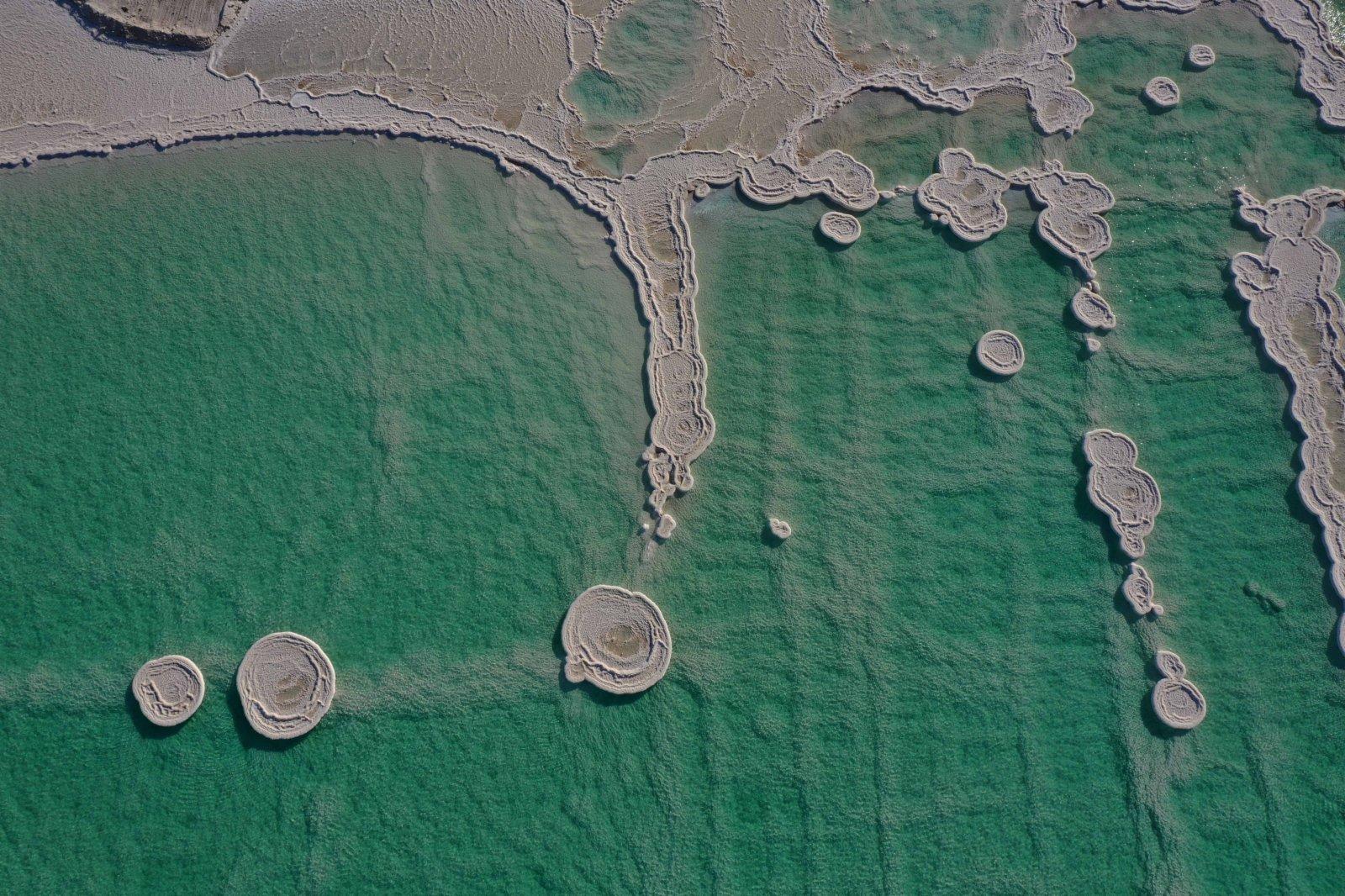 這是1月20日航拍的死海南部的鹽形成的景觀。(新華社)