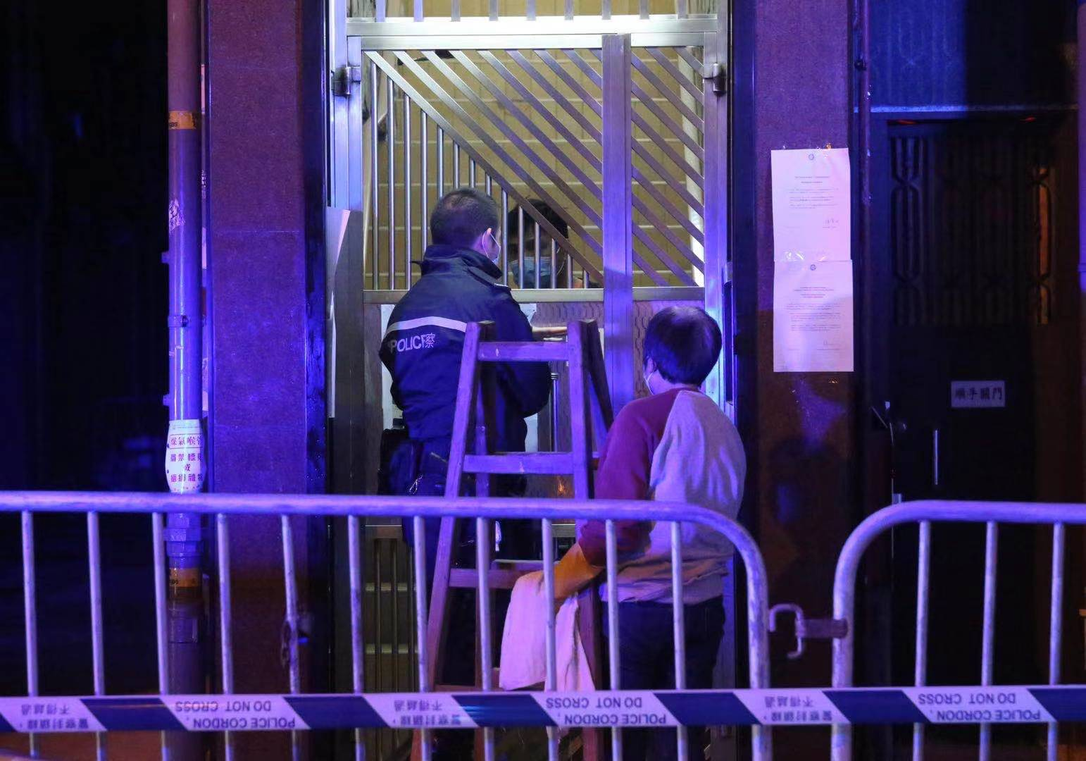 政府今日(23日)凌晨四時宣布,限制佐敦四街(即東至吳松街、南至南京街、西至炮台街、北至甘肅街)範圍內的人強制檢測,受檢人士須在其處所等候,直至區內所有已識別的受檢人士完成檢測,而相關檢測結果亦已獲大致確定,方可離開其處所。政府目標是在約48小時內完成此行動,以達致「同心抗疫,小區『清零』」的目標。午夜起,多架貨車將酒精搓手液、杯面及罐頭等物資運到,作人員在區內架起多個帳篷,警員在甘肅街及上海街交界圍起膠帶,不准車輛進入。(大公報記者 賀仁攝)