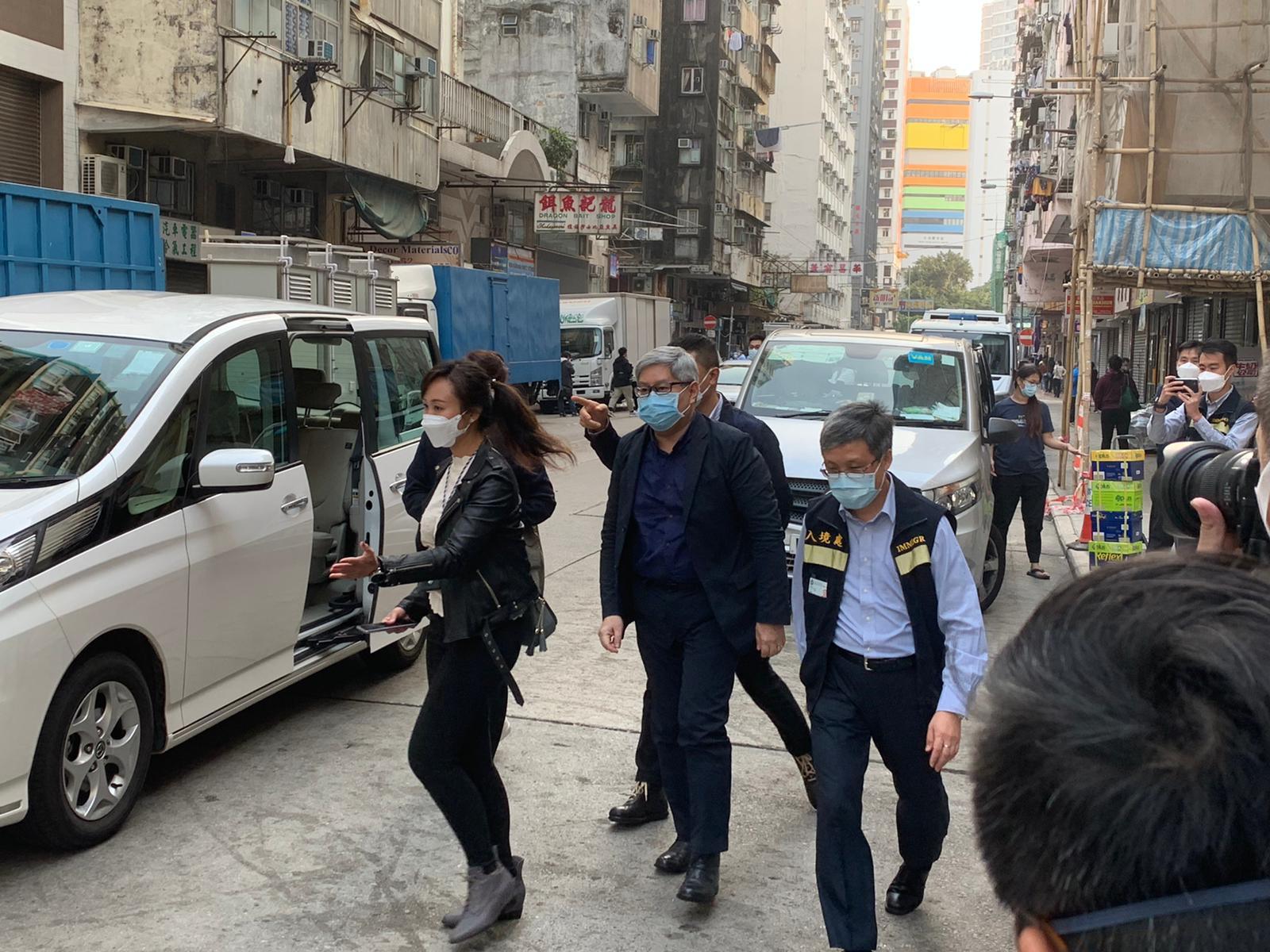 1月23日下午,入境處處長區嘉宏到場視察行動情況,並為同事們打氣。(入境處供圖)