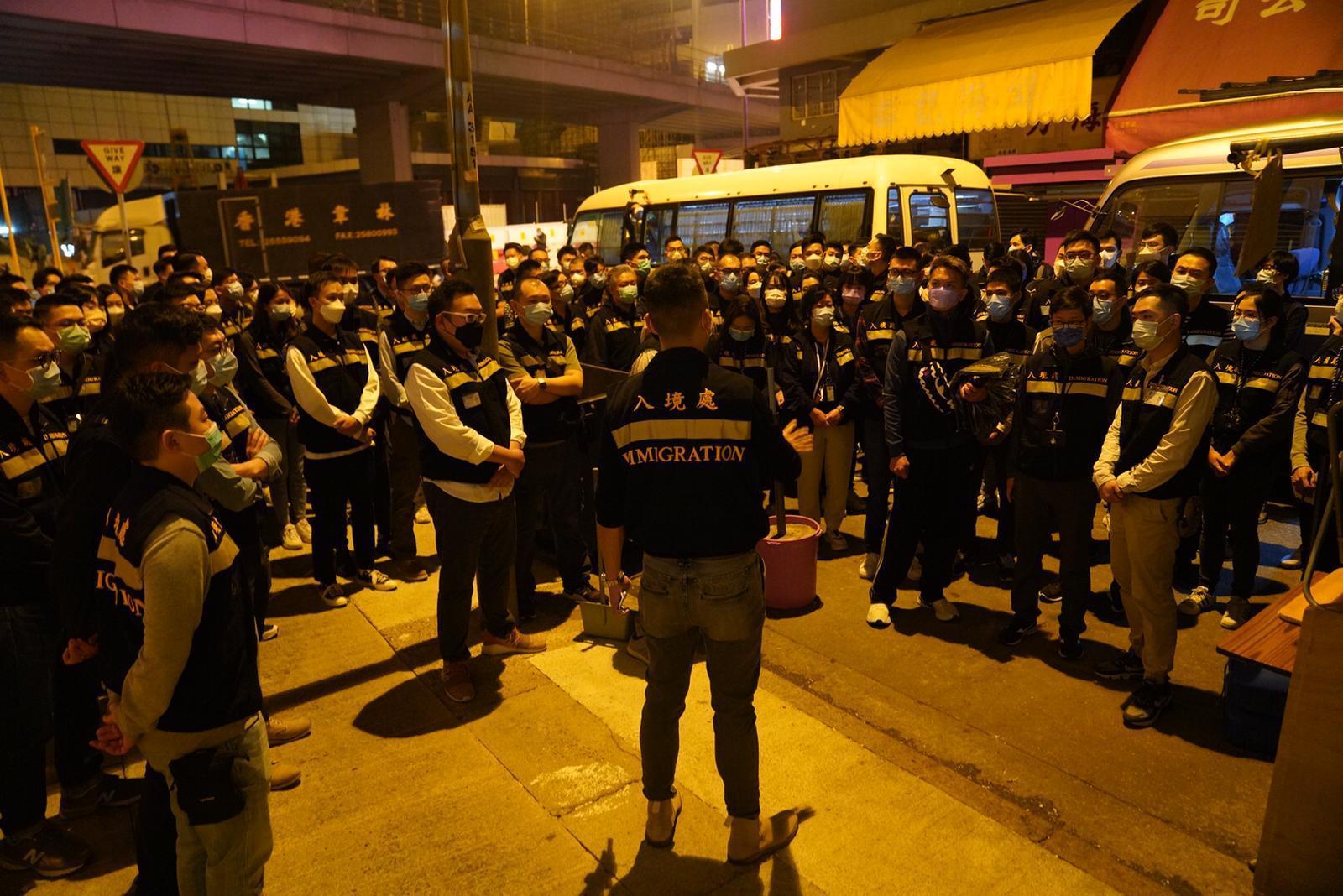 1月23日凌晨開始,入境處人員便抵達佐敦指明受限區域執勤,協助當區的居民,並駐守在各個路口。(入境處供圖)
