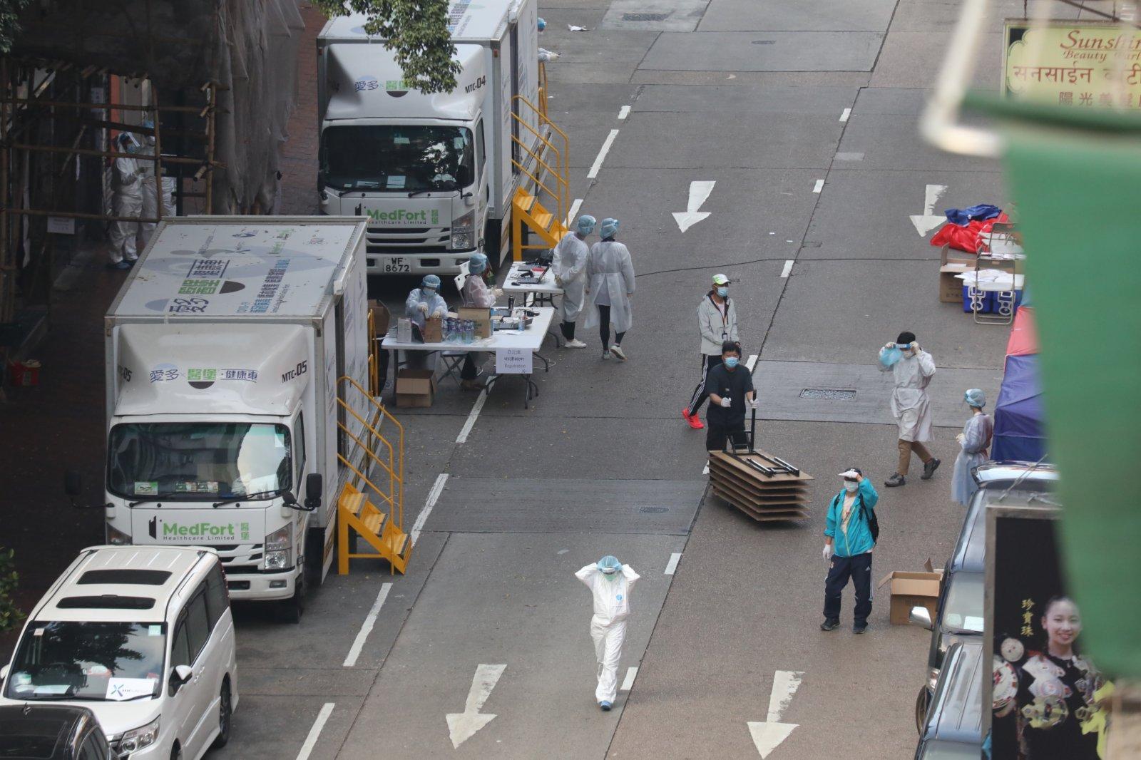 港府容許佐敦「受限區域」內已接受檢測、持有核酸檢測陰性結果,以及戴上手環的居民,今晚(24日)6時起進出指定區域。(香港文匯報記者攝)