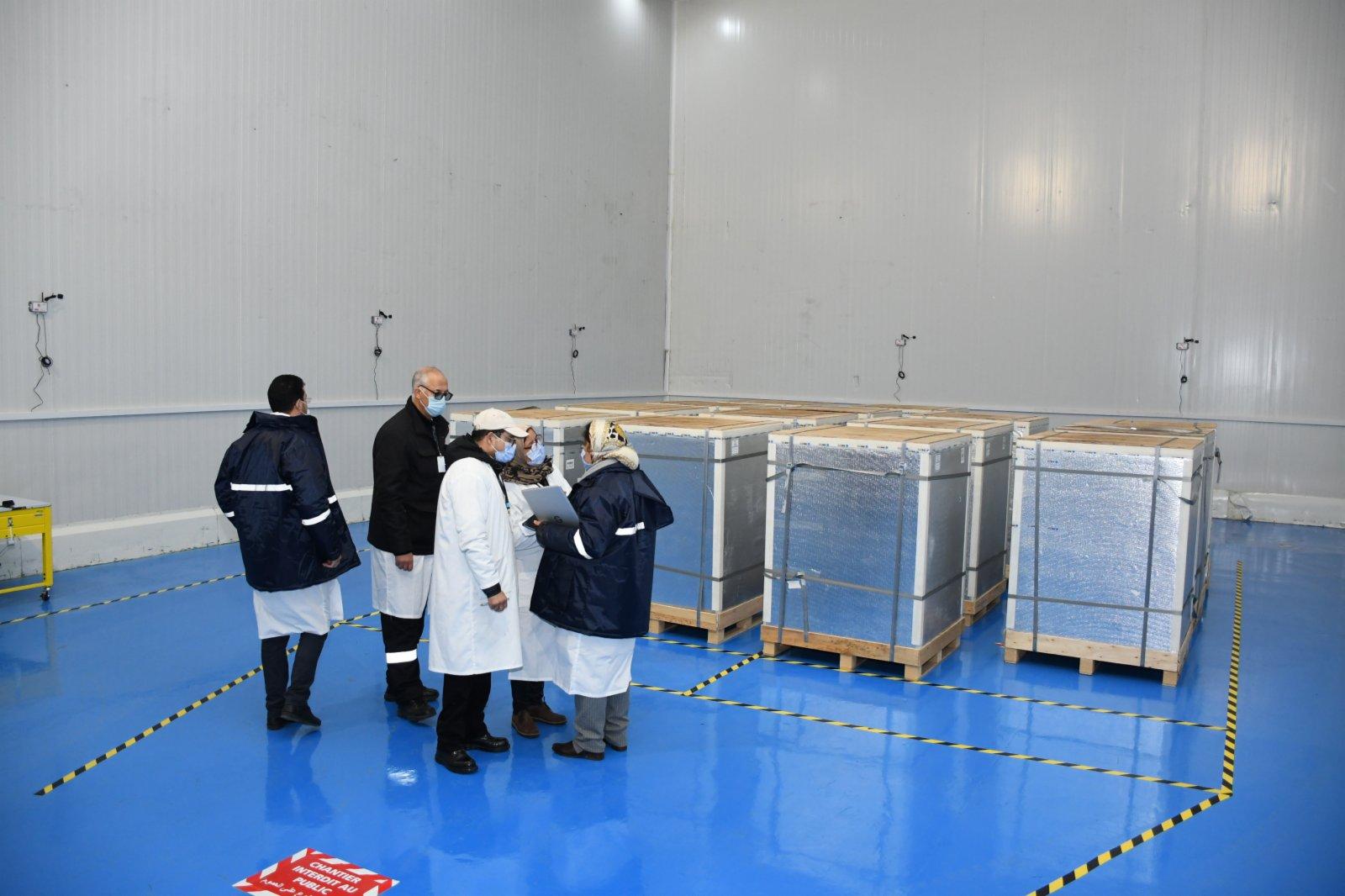 1月27日,在摩洛哥卡薩布蘭卡,工作人員清點剛剛運抵的中國新冠疫苗。