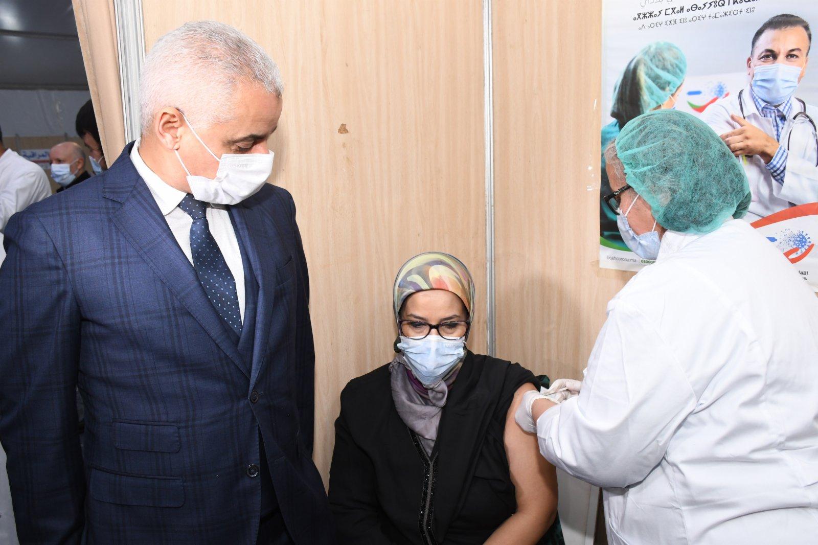 1月29日,摩洛哥衞生大臣哈立德·阿伊特·塔利布(左)視察拉巴特一家醫院,見證一名醫務人員接種中國國藥集團的新冠滅活疫苗。