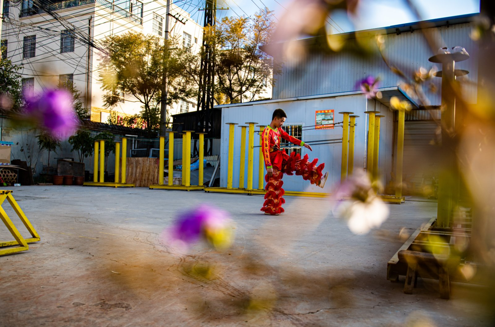 2月3日,畢付華的學生在訓練前熱身。(新華社)