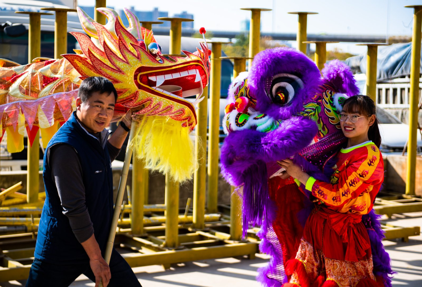 2月4日,畢付華(左)在指導學生訓練舞龍舞獅。(新華社)
