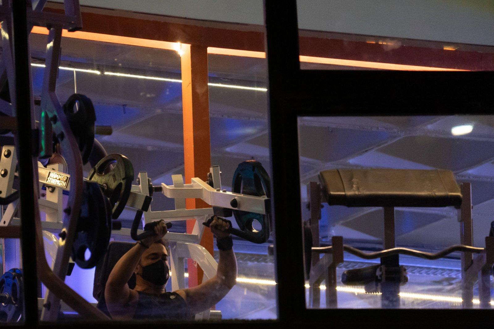 2月4日,一名佩戴口罩的男子在西班牙馬德里一家健身房內健身。(新華社)