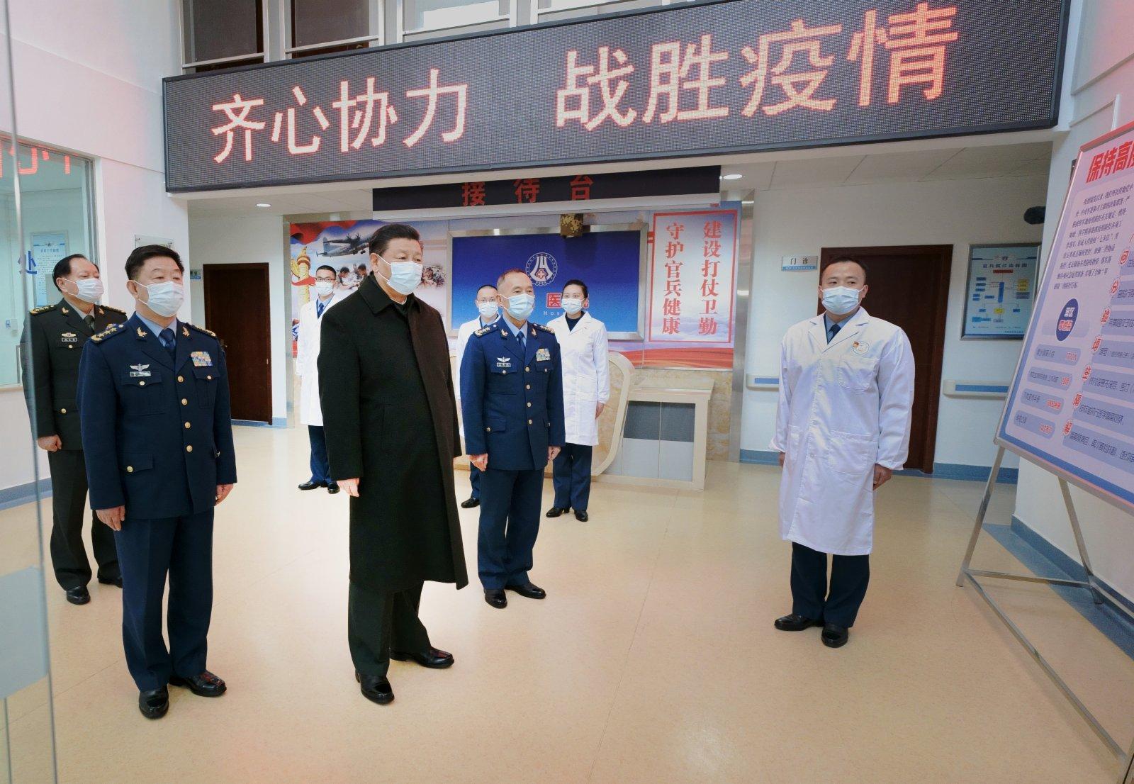 這是習近平到場站醫院了解部隊疫情防控和支援地方防疫情況。(新華社)