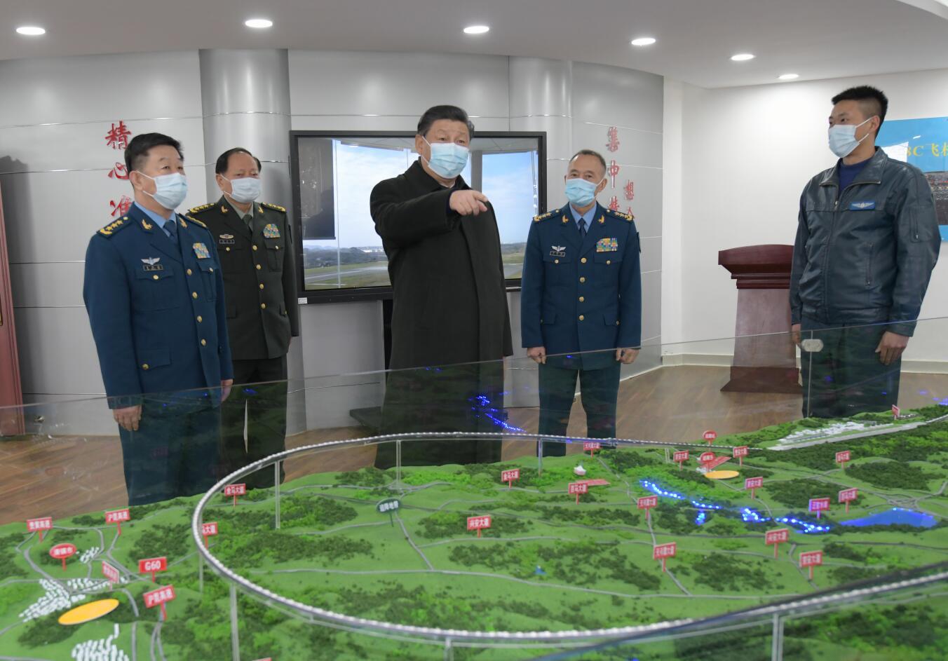 這是習近平到某飛行大隊空勤樓飛行準備室,察看飛行技術研究情況。(新華社)