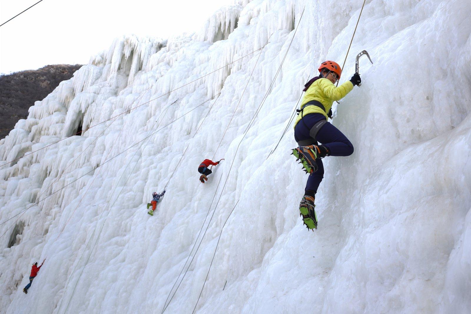 2月6日,攀冰愛好者在北京昌平區虎峪風景區攀冰場感受冰雪運動的快樂。(中新社)