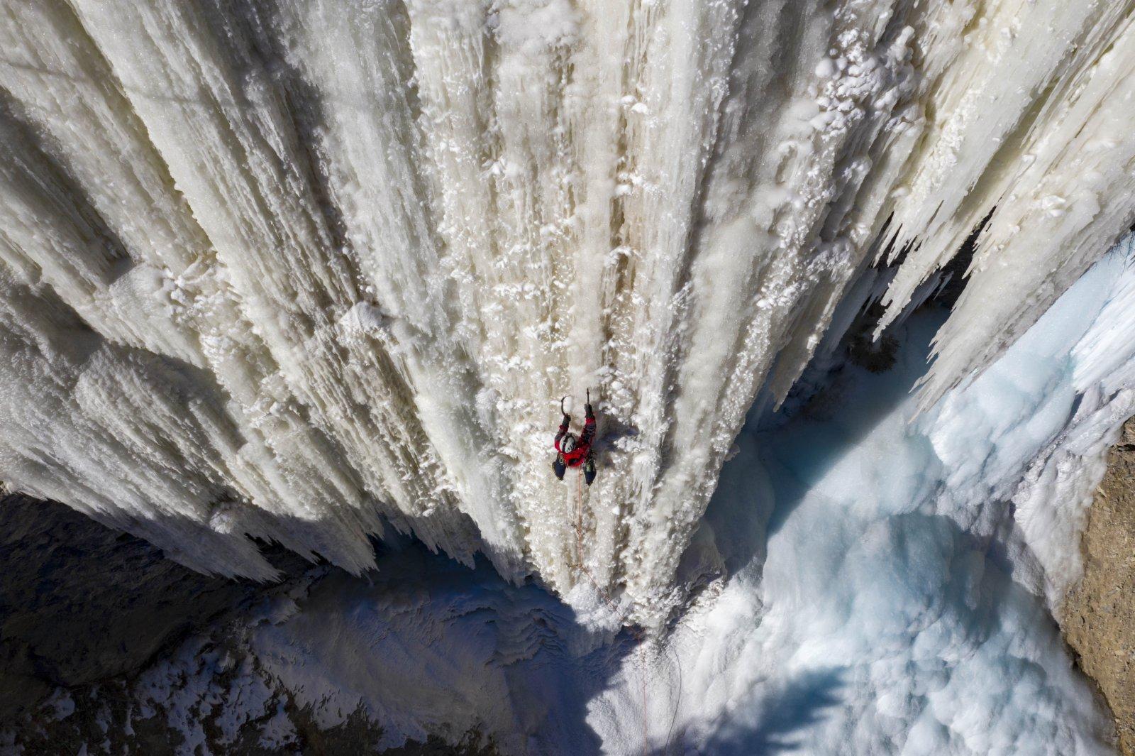 在烏魯木齊南郊的一處峽谷中,攀冰愛好者黃煌正沿着約90度的冰瀑向上攀登。(新華社)