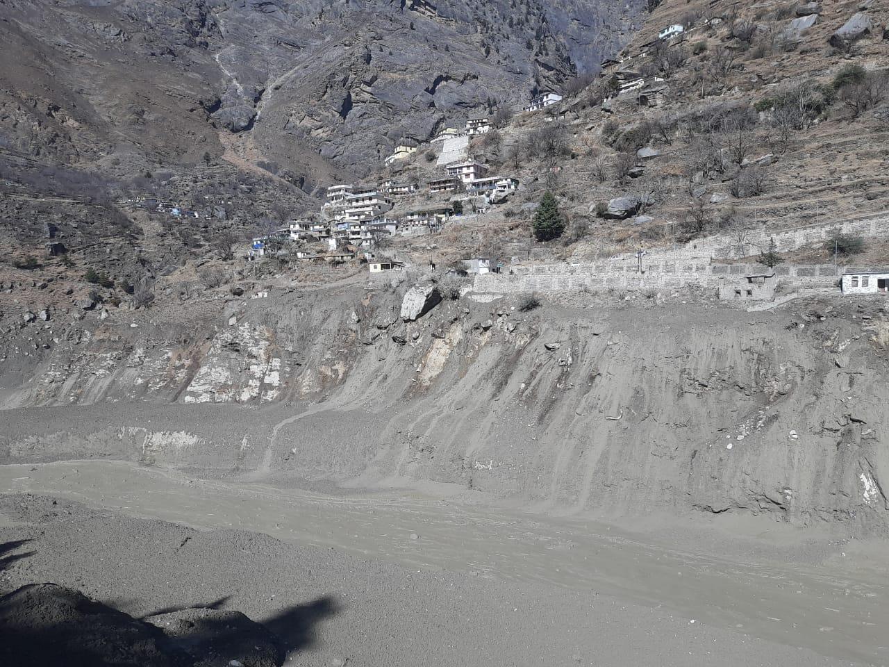 因洪水受損的水電站附近的災害景象。(新華社)
