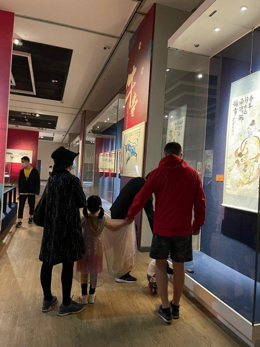 遊客正在參觀牛年藝術展(香港文匯網記者 劉蕊 攝)