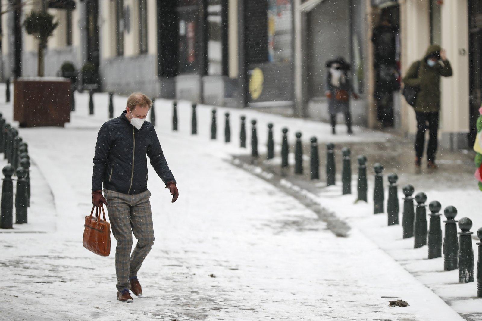 行人在比利時布魯塞爾出行。