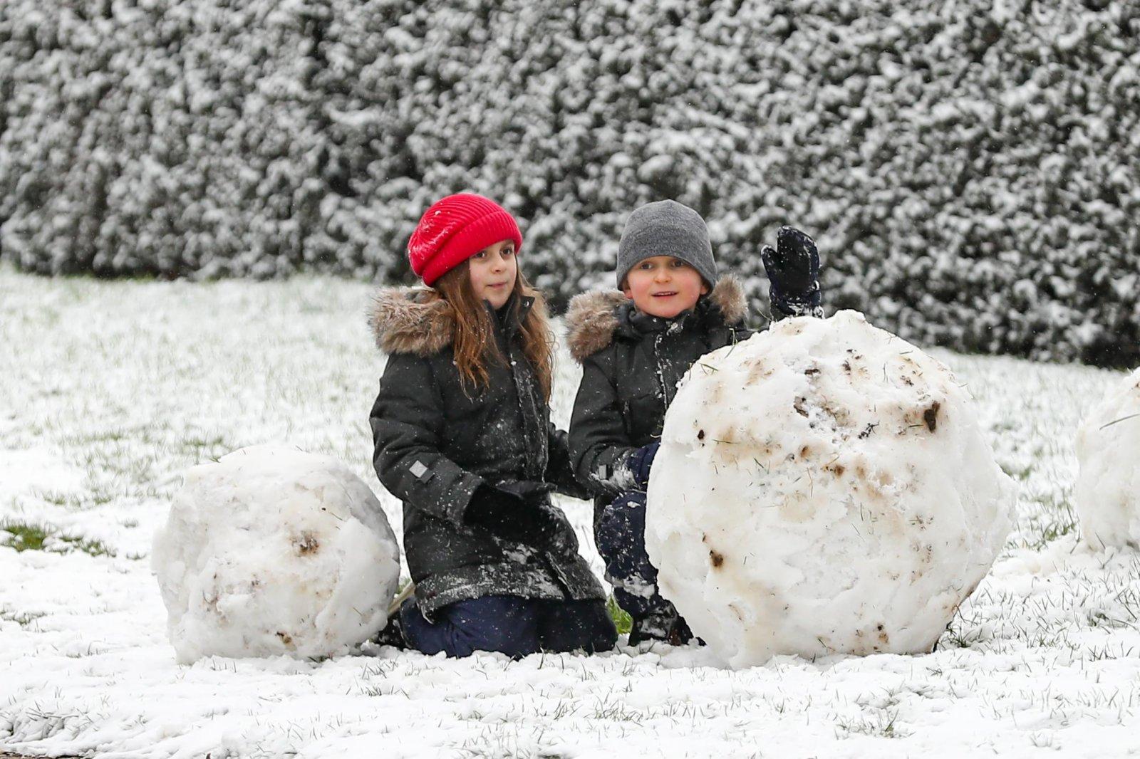 孩子們在比利時布魯塞爾的五十週年紀念公園玩雪。